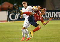 BARRANQUIILLA -COLOMBIA-15-05-2015. Walmer Pacheco (Der) de Uniauntónoma disputa el balón con Fredy Salazar (Izq) de Once Caldas durante partido por la fecha 20 de la Liga Aguila I 2015 jugado en el estadio Metropolitano de la ciudad de Barranquilla./  Walmer Pacheco (R) player of Uniautonoma fights for the ball with  Fredy Salazar (L) player of Once Caldas during match valid for the 20th date of the Aguila League I 2015 played at Metropolitano stadium in Barranquilla city.  Photo: VizzorImage/Alfonso Cervantes/Cont