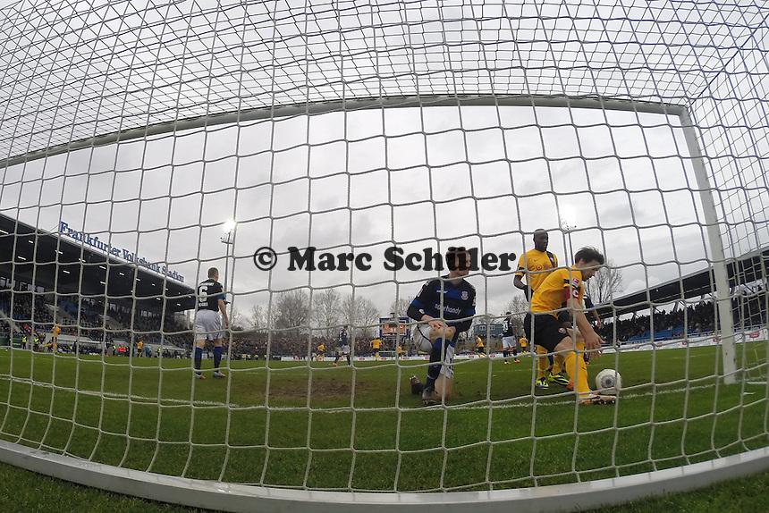 Roman Bregerie (Dresden) holt den Ball nach dem 3:2 aus dem Netz - FSV Frankfurt vs.Dynamo Dresden, Frankfurter Volksbank Stadion