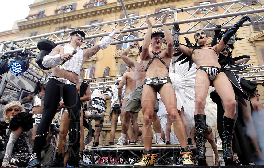 Un momento del Gay Pride, Roma, 23 giugno 2012..Demonstrators take part in the Gay Pride in Rome, 23 june 2012..© Riccardo De Luca