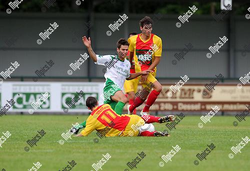 2012-08-04 / Voetbal / seizoen 2012-2013 / Dessel Sport - Bornem / Ampe (11) en Lodders (r.) proberen Zico Gielis (Dessel) af te stoppen..Foto: Mpics.be