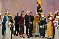 Bundespraesident Frank-Walter Steinmeier empfaengt gemeinsam mit seiner Frau Elke Buedenbender am Sonntag den 6. Januar 2019 in seinem Amtssitz, dem Schloss Bellevue, Sternsinger aus dem Bistum Trier zum 61. Dreikoenigssingen.<br /> Mit dem 61. Dreikoenigssingen steht unter dem Leitwort &quot;Segen bringen, Segen sein. Wie gehoeren zusammen - in Peru und weltweit&quot;. Inhaltlich geht es bei der Aktion um &quot;Kinder mit Behinderung&quot;.<br /> Im Bild vlnr: Pfarrer Dirk Bingener, Elke Buedenbender, Bundespraesident Frank-Walter Steinmeier und Praelat Dr. Klaus Kraemer.<br /> 6.1.2019, Berlin<br /> Copyright: Christian-Ditsch.de<br /> [Inhaltsveraendernde Manipulation des Fotos nur nach ausdruecklicher Genehmigung des Fotografen. Vereinbarungen ueber Abtretung von Persoenlichkeitsrechten/Model Release der abgebildeten Person/Personen liegen nicht vor. NO MODEL RELEASE! Nur fuer Redaktionelle Zwecke. Don't publish without copyright Christian-Ditsch.de, Veroeffentlichung nur mit Fotografennennung, sowie gegen Honorar, MwSt. und Beleg. Konto: I N G - D i B a, IBAN DE58500105175400192269, BIC INGDDEFFXXX, Kontakt: post@christian-ditsch.de<br /> Bei der Bearbeitung der Dateiinformationen darf die Urheberkennzeichnung in den EXIF- und  IPTC-Daten nicht entfernt werden, diese sind in digitalen Medien nach &sect;95c UrhG rechtlich geschuetzt. Der Urhebervermerk wird gemaess &sect;13 UrhG verlangt.]