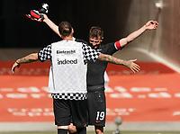 Abschied auf den Rasen der Commerzbank Arena für Marco Russ (Eintracht Frankfurt), der seine Karriere beendet mit David Abraham (Eintracht Frankfurt)<br /> - 27.06.2020: Fussball Bundesliga, Saison 19/20, Spieltag 34, Eintracht Frankfurt vs. SC Paderborn 07, emonline, emspor, Namen v.l.n.r. <br /> <br /> Foto: Marc Schueler/Sportpics.de/Pool <br /> Nur für journalistische Zwecke. Only for editorial use. (DFL/DFB REGULATIONS PROHIBIT ANY USE OF PHOTOGRAPHS as IMAGE SEQUENCES and/or QUASI-VIDEO)
