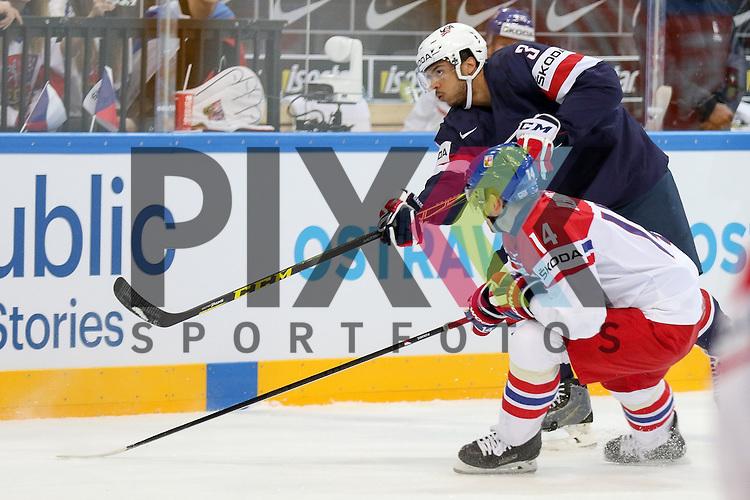 USAs Jones, Seth (Nr.3)(Nashville Predators) mit einem Schuss vorbei an Tschechiens Tomas Plekanec (Nr.14)   im Spiel IIHF WC15 USA vs. Czech Republic.<br /> <br /> Foto &copy; P-I-X.org *** Foto ist honorarpflichtig! *** Auf Anfrage in hoeherer Qualitaet/Aufloesung. Belegexemplar erbeten. Veroeffentlichung ausschliesslich fuer journalistisch-publizistische Zwecke. For editorial use only.