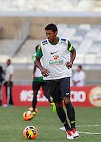 BELO HORIZONTE, MINAS GERAIS, 22 DE ABRIL 2013 - TREINO SELEÇÃO BRASILEIRA DE FUTEBOL - Paulinho jogador da seleção brasileira de futebol durante sessão de treinamento na Minas Arena (Mineirão), na tarde desta terça-feira, 22. Amanhã o Brasil enfrenta o Chile no mesmo local. FOTO: WILLIAM VOLCOV / BRAZIL PHOTO PRESS.