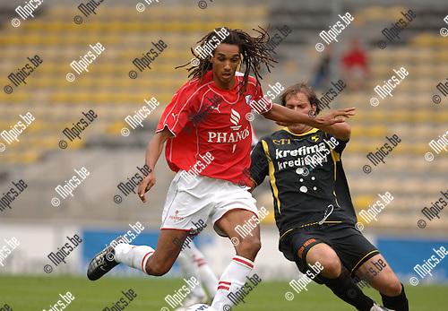 Lierse - Utrecht : Robin Nelisse met Laurent Fassotte van Lierse (r).