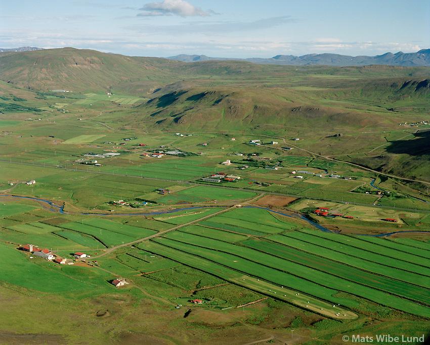 Mosfellsdalur - yfirlitsmynd: Hrísbrú fremst, siðan: Reykjadalur, Varmaland, Æsustadir, Dalsgardur ofl, séð til austurs, Mosfellsbær / Mosfellsdalur overview - direction east : Hrisbru in foreground, then: Reykjadalur, Varmaland, Aesustadir, Dalsgardur and more, Mosfellsbaer.