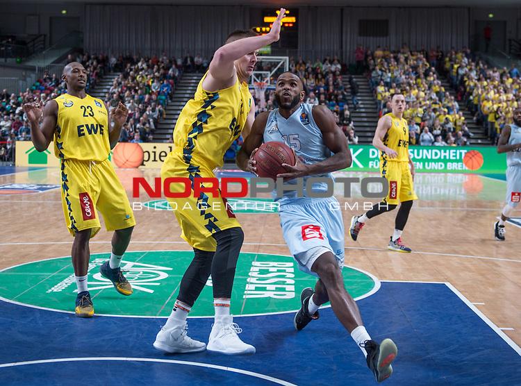 10.02.2019, &Ouml;VB Arena, Bremen, GER, easy Credit-BBL, Eisb&auml;ren Bremerhaven vs EWE Baskets Oldenburg, im Bild<br /> <br /> Darious MOTEN ( Eisb&auml;ren Bremerhaven #15 )<br /> Rasid MAHALBASIC (EWE Baskets Oldenburg #24 )<br /> Foto &copy; nordphoto / Rojahn