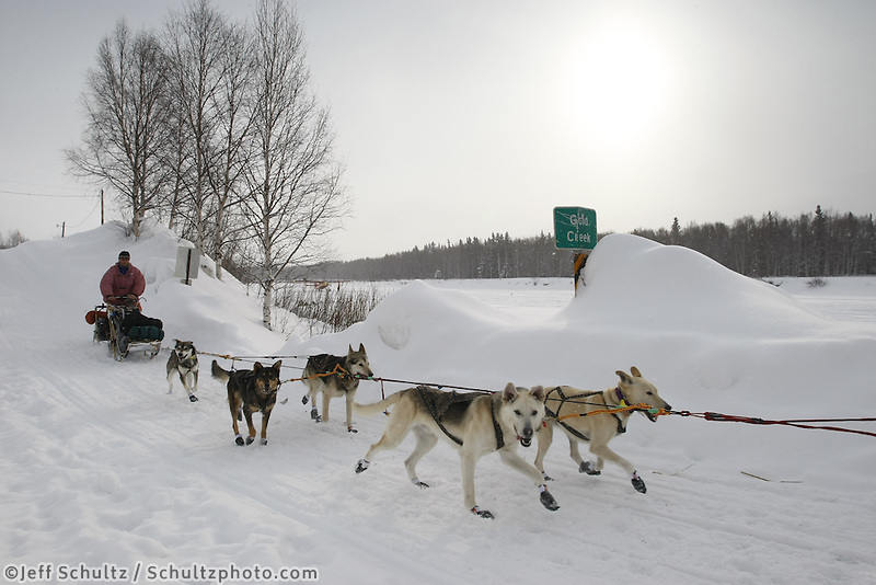 Linwood Fiedler on the trail shortly after leaving Takotna on Thursday afternoon    Iditarod 2009