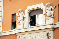 Roma 12  Dicembre  2011.La polizia giudiziaria si è presentata in piazza dei Sanniti a San Lorenzo con l'intenzione di porre i sigilli all'ex Cinema Palazzo, gli occupanti   stanno trattando con  le autorità giudiziarie per  evitare la chiusura. Un occupante asseragliato in una stanza