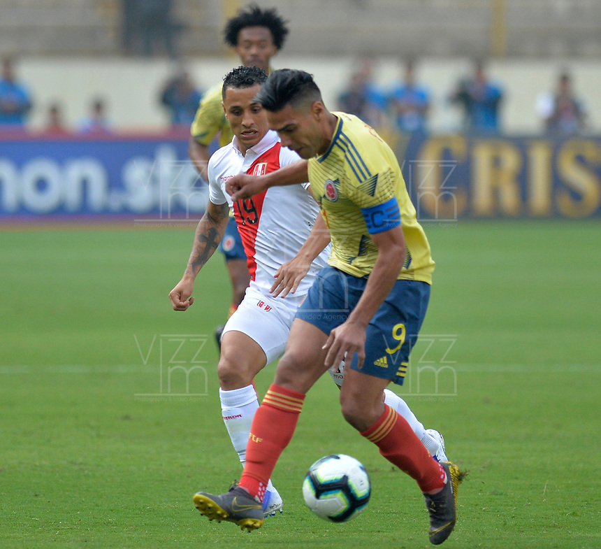 LIMA,PERÚ,09-06-2019:Falcao García jugador de Colombia disputa el balon con el Perú durante   partido amistoso de preparación para la Copa América de Brasil 2019 jugado en el estadio Monumental de Lima la ciudad de Lima./Falcao Garcia player of Colombia fights the ball against of  Peru team during a friendly match in preparation for the 2019 Copa América of Brazil played at Lima's Monumental Stadium in Lima. Photo: VizzorImage / Cristian Alvarez / FCF