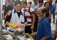 SÃO PAULO, 02 DE ABRIL DE 2015 - COMÉRCIO DE PEIXE - MERCADÃO /SP - Grande movimentação no comércio de peixe no Mercado Municipal de São Paulo. Segundo a Administração, o consumo desse ano deve ser 13% superior ao atingido no ano passado nessa mesma época páscoa. Foto Eduardo Carmim/Brazil Photo Press