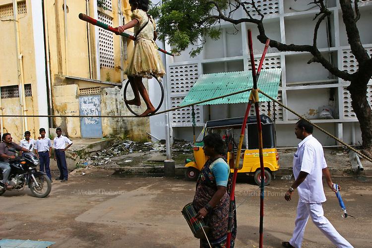 16.11.2006 Pondicherry (Tamil Nadu)<br /> <br /> A young girl making acrobatic show in the street.<br /> <br /> Une jeune fille faisant un spectacle acrobatic dans la rue.