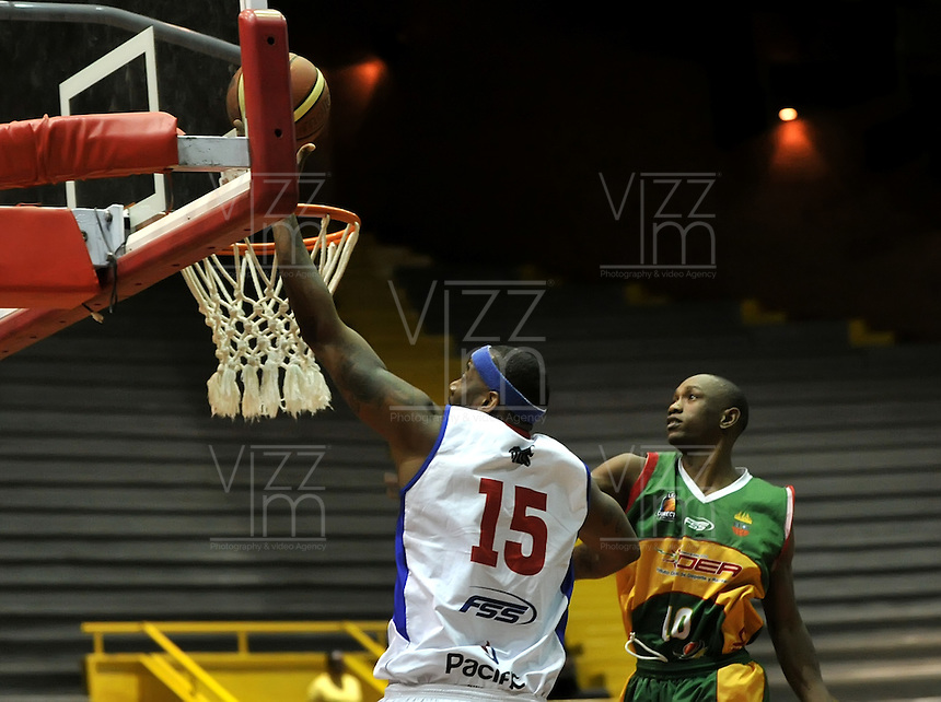BOGOTA - COLOMBIA: 25-10-2013: Calvin Warger (Izq.) jugador de Guerreros de Bogota, disputa el balón con Larry Pomare (Der.) de  Caribbean Heat de Cartagena, octubre 25 de 2013. Guerreros de Bogota y Caribbean Heat de Cartagena , durante partido de la fecha 31 de la fase I de la Liga Directv Profesional de Baloncesto 2 en partido jugado en el Coliseo El Salitre. (Foto: VizzorImage / Luis Ramirez / Staff). Calvin Warger (L) of Guerreros from Bogota disputes the ball with Larry Pomare (R) from Caribbean Heat de Cartagena, October 25, 2013. Guerreros de Bogota y Caribbean Heat de Cartagena during a match for the 31 date of the Fase II of the League of Professional Directv Basketball 2 game at the El Salitre Coliseum. (Photo. VizzorImage / Luis Ramirez / Staff)