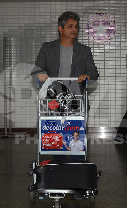 SAO PAULO, SP, 15 MARCO 2013 -  Ney Franco  no desembarquer da equipe do  Sao Paulo após partida contra o Arsenal da Argentina valida pela taca Libertadores da America, no aeroporto de Cumbica , em Guarulhos. nesta sexta feira 15. (FOTO: ALAN MORICI / BRAZIL PHOTO PRESS).