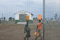 MOZAMBIQUE, Moatize, Cateme, this resettlement was constructed by brazil coal company VALE as compensation for relocated people from Chipanga, where VALE is extending its coal mining operations, market / MOSAMBIK, Moatize, Siedlung Cateme, fuer die Erweiterung der Kohlemine des brasilianischen Unternehmens VALE wurde die Ortschaft Chipanga abgerissen, die Bewohner wurden 40 km von Moatize enfernt nach Cateme umgesiedelt, Markt