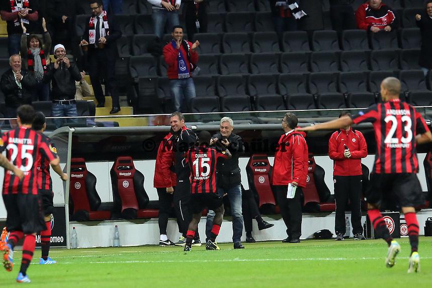 Jubel nach dem Freistoss zum 3:0 von Constant Djakpa (Eintracht) mit Trainer Armin Veh - 1. Spieltag der UEFA Europa League Eintracht Frankfurt vs. Girondins Bordeaux