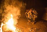 Ein Gefl&uuml;chteter am Feuer in einer Baracke. // Belgrad, Serbien - 19.01.2017 - Ungef&auml;hr 10000 Gefl&uuml;chtete sitzen in Serbien fest. Durch die Schlie&szlig;ung der Balkanroute k&ouml;nnen sie ihr Ziel nicht erreichen und sind auf die Grenz&ouml;ffnung oder Schlepper angewiesen. Schlepper versprechen ihnen sie nach Kroatien oder Ungarn zu bringen und wo<br />len daf&uuml;r mehrere tausend Euro. Meist ist das erfolglos. Einige hundert Gefl&uuml;chtete wohnen in Baracken am Belgrader Hauptbahnhof unter schlechten Bedingungen.