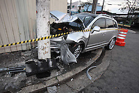 SAO PAULO, SP, 26/07/2012, ACID. IPIRANGA. Um veiculo de alto padaro perdeu o controle e bateu contra um poste na Rua Paulo Bregaro no bairro do Ipiranga, o motorista ficou ferido e foi socorrido ao Hospital Sao Paulo. Luiz Guarnieri/ Brazil Photo Press.