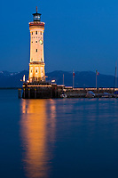 DEU, Deutschland, Bayern, Bayerisch Schwaben, Bodensee, Lindau: Hafeneinfahrt mit Neuem Leuchtturm, abends | DEU, Germany, Bavaria, Bavarian Swabia, Lake Constance, Lindau: harbour entrance with New Lighthouse
