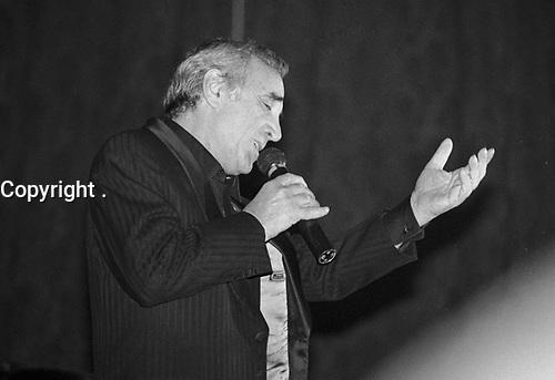 CHARLES AZNAVOUR . CHANTEUR FRANCAIS . CASINO DE DEAUVILLE . SEPTEMBRE 1988 .
