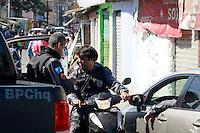 RIO DE  JANEIRO,RJ,16 DE AGOSTO DE 2012- No in&iacute;cio da  manha desta quinta-feira(16) policiais da  POL&Iacute;CIA FEDERAL com apoio do BOPE e BP CHOQUE, realizaram uma  oper&ccedil;&atilde;o  no Complexo da Mare,nas  comunidades do Timbau e Vila do Joao, em Bonsucesso zona norte  do RJ.Um veiculo tres homens ,uma mulher , moto, cadeira de roda,um fuzil ponto 30 e motos foram apreendidos .Os presos foram  levados  para  Pol&iacute;cia Federal, zona portu&aacute;ria.<br /> Guto Maia/ Brazil Photo Press