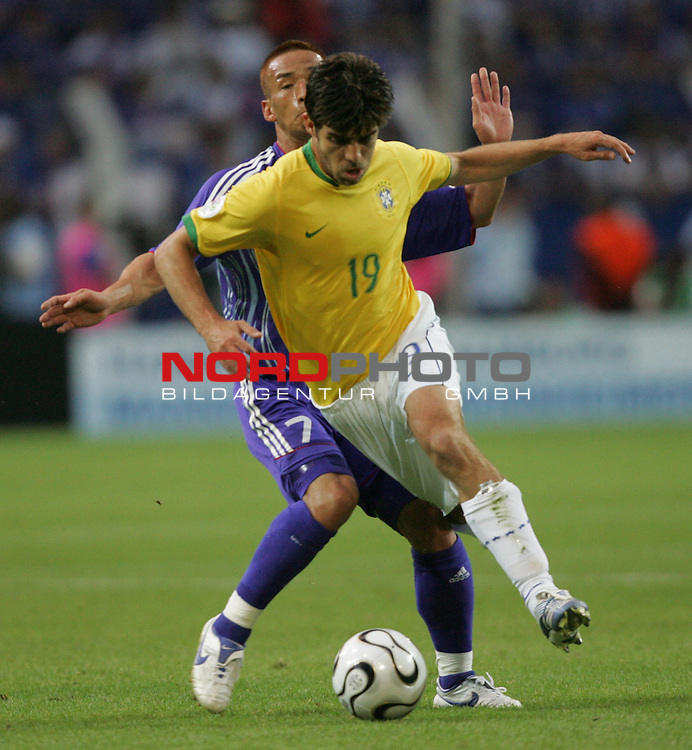 FIFA WM 2006 -  Gruppe F Vorrunde ( Group AF)<br /> Play   #43 (22-Jun) - Japan vs Brasilien 1:4<br /> <br /> Juninho Pernambucano (vorne) von Brasilien im Zweikampf mit Hidetoshi Nakata (hinten) von Japan.<br /> <br /> Foto &copy; nordphoto