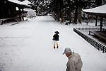 (En) January 2010 - Koyasan, Japan.  Pilgrims inside the Garan area.  (Fr) Janvier 2010 - Koyasan, Japon. Pelerins dans l'enceinte sacree du Garan.