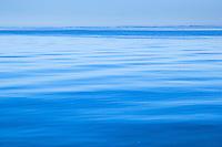 Krusningar på en blå skärgårdsfjärd. / Ripples on a blue archipelago bay.