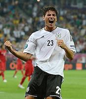 FUSSBALL  EUROPAMEISTERSCHAFT 2012   VORRUNDE Deutschland - Portugal          09.06.2012 Torjubel nach dem 1:0: Mario Gomez (Deutschland)