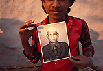 Asie, Inde du nord, état du Rajasthan, Mandawa, enfant avec la photo de son grand-père//Asia, north India, Rajasthan state, Mandawa, child and his grandfather photo