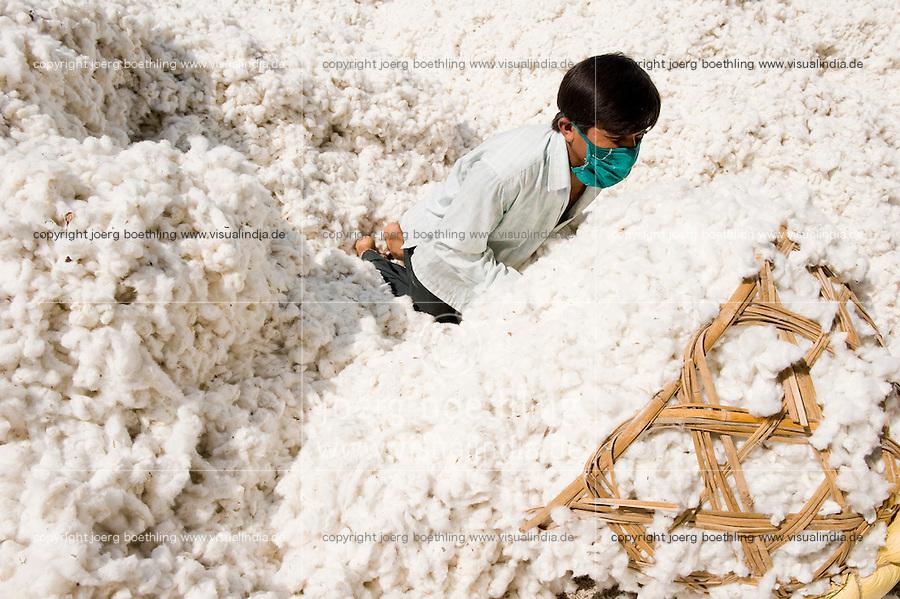 INDIA, Madhya Pradesh, Khargone, Mahima ginning factory, processing of fair trade and organic cotton, worker carry harvested cotton in baskets to the ginning machines / INDIEN Madhya Pradesh , Entkernung von fairtrade und Biobaumwolle bei Mahima Fibres Ltd.