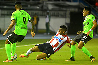 BARRANQUILLA - COLOMBIA - 30 - 09 - 2017: David Murillo (Cent.) jugador de Atletico Junior disputa el balón con Jefferson Duque (Izq.) y Andres Roa (Der.) jugadores de Deportivo Cali durante partido de la fecha 14 entre Atletico Junior y Deportivo Cali por la Liga Aguila II - 2017, jugado en el estadio Metropolitano Roberto Melendez de la ciudad de Barranquilla. / David Murillo (C) player of Atletico Junior vie for the ball with Jefferson Duque (L) and Andres Roa (R) player of Deportivo Cali  during a match of the date 14th between Atletico Junior and Deportivo Cali for the Liga Aguila II - 2017 at the Metropolitano Roberto Melendez Stadium in Barranquilla city, Photo: VizzorImage  / Alfonso Cervantes / Cont.