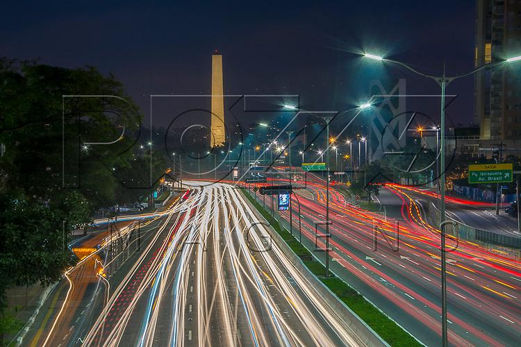 Avenida Vinte e Três de Maio com Obelisco do Parque Ibirapuera ao fundo, São Paulo - SP, 10/2016.