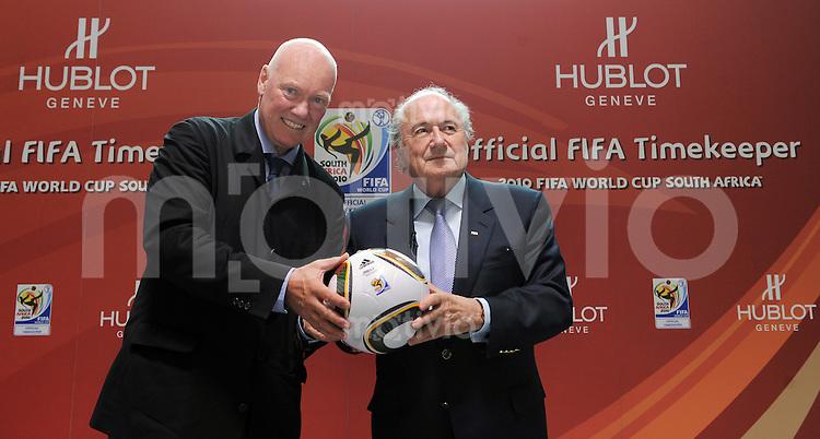 Fussball International  FIFA  15.04.2010   Die Genfer Uhrenmarke Hublot ist Official FIFA Timekeeper Weltmeisterschaft  2010 Suedafrika. FIFA Praesident Joseph S. Blatter (re) und Hublot Geschaeftsfuehrer Jean-Claude Biver mit WM Ball Jabulani