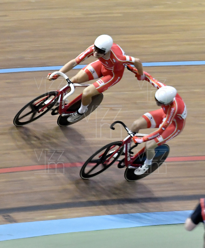 CALI – COLOMBIA – 19-02-2017: Casper Von Folsach y Niklas Larsen de Dinamarca, gana medalla de oro en la prueba Madison Varones en el Velodromo Alcides Nieto Patiño, sede de la III Valida de la Copa Mundo UCI de Pista de Cali 2017. / Casper Von Folsach and Niklas Larsen from Dinamarca, win a gold medal in the Men´s Madison Race at the Alcides Nieto Patiño Velodrome, home of the III Valid of the World Cup UCI de Cali Track 2017. Photo: VizzorImage / Luis Ramirez / Staff.