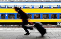Man rent op het perron om de trein te halen