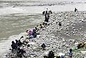 Turquie 1991.Les réfugiés kurdes sur la frontière: femmes lavant au bord de la rivière Zab.Turkey 19991.Kurdish refugees on the border: women washing along Zab river