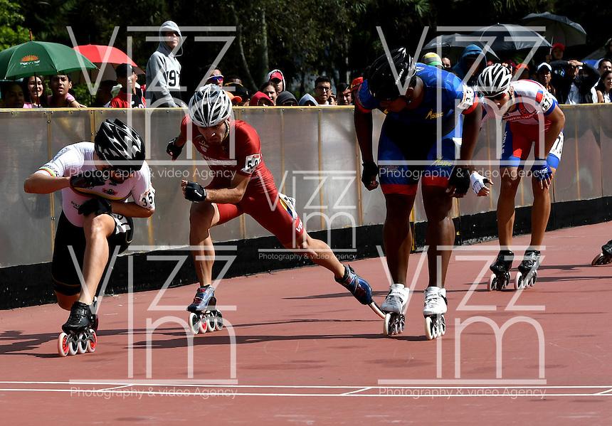 BOGOTA - COLOMBIA - 26-01-2017: Andres Felipe Muñoz, patinador del Club CMB Cartagena de Bolivar, gana la prueba de los 1000 metros Senior Varones, en la IV Valida Nacional Interclubes de Carreras 2017 en el Patinodromo El Salitre de la ciudad de Bogota. / Andres Felipe Muñoz, skater of Club CMB Cartagena of Bolivar, wins the test of the 1000 meters Senior Men as part of the IV Interclubs National Valid of Speed Race 2017 at El Salitre Patinodromo in Bogota city Photo: VizzorImage / Luis Ramirez / Staff.