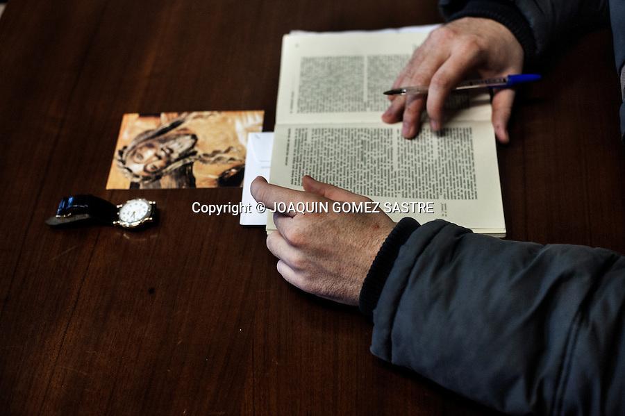 Detalle de un seminarista durante una clase de teologia en el Seminario de Corban, durante las mañanas tienen que cumplir un horario de clases similar a cualquier centro universitario.