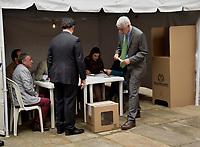 BOGOTA - COLOMBIA, 17-06-2018: Alcalde Enrique Peñalosa ejerciendo su derecho al voto. La segunda vuelta de las elecciones presidenciales de Colombia de 2018 se celebrarán el domingo 17 de junio de 2018. El candidato ganador gobernará por un periodo máximo de 4 años fijado entre el 7 de agosto de 2018 y el 7 de agosto de 2022. / Mayor Enrique Peñalosa, excersising his right to vote . Colombia's 2018 second round presidential election will be held on Sunday, June 17, 2018. The winning candidate will govern for a maximum period of 4 years fixed between August 7, 2018 and August 7, 2022. Photo: VizzorImage / Nicolas Aleman / Cont