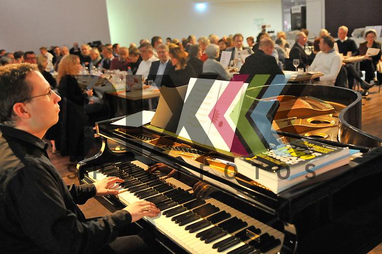 Ludwigshafen 16.12.17 Pfalzbau Wort und Wein Weihnachtsspezial. Im Bild werden Weihnachtslieder gesungen mit einem Klavier begleitet.<br /> <br /> Foto &copy; Ruffler For editorial use only. (Bild ist honorarpflichtig - No Model Release!)