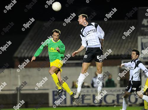 2011-03-26 / Voetbal / seizoen 2010-2011 / Sint-Lenaarts - Witgoor / Kurt Rombouts (L, Sint-Lenaarts) met Jonas Nijs..Foto: Mpics