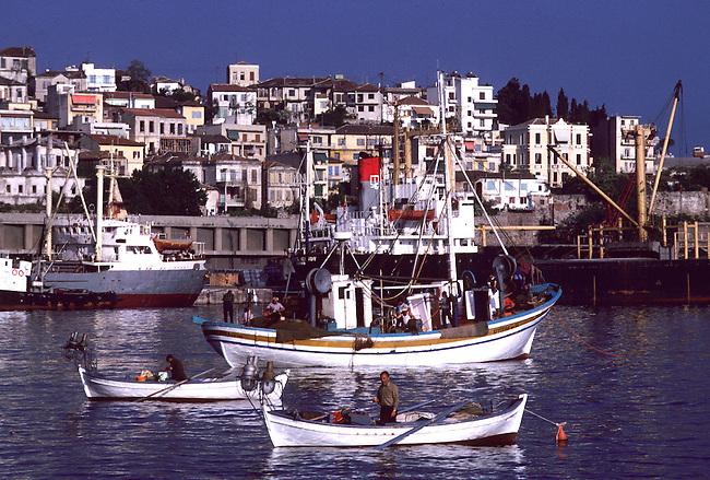 Bateaux dans le port de Kavala, Macedoine. *** Boats in Kavala Harbor. Macedonia, North Greece.
