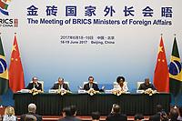 PEK02 PEKÍN (CHINA) 19/06/2017.- (i-d) El ministro de Asuntos Exteriores de Brasil, Aloysio Nunes; de Rusia, Serguéi Lavrov; de Sudáfrica, Maite Nkoana-Mashabane; de India, Vijay Kumar Singh, y de China, Wang Yi, asisten a una rueda de prensa celebrada en el marco de la cumbre anual de países emergentes (BRICS) que se celebra en Pekín (China), hoy, 19 de junio de 2017. EFE/Wang Zhao / Pool