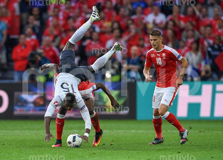 FUSSBALL EURO 2016 GRUPPE A IN LILLE Schweiz - Frankreich     19.06.2016 Breel Embolo (Schweiz)  schultert Paul Pogba (Frankreich). Rechts Granit Xhaka (Schweiz)