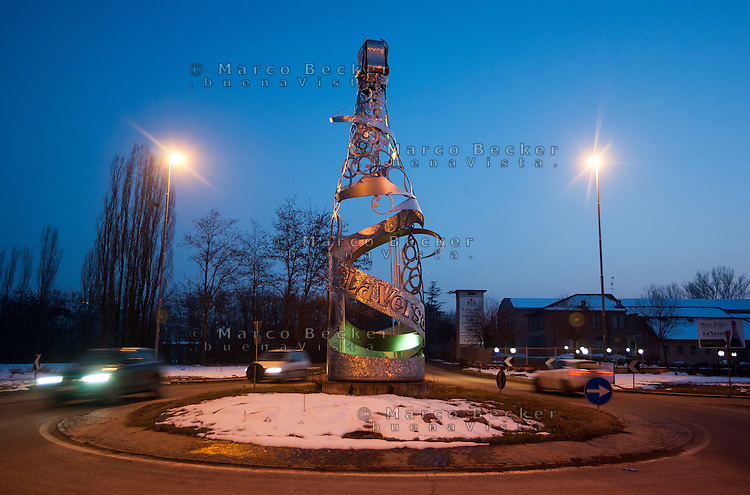 Santa Maria della Versa (Pavia), scultura metallica di Carlo Mo, che rappresenta una bottiglia di spumante, posta al centro di una rotatoria --- Santa Maria della Versa (Pavia), a metal sculpture by Carlo Mo representing a bottle of spumante (sparkling wine) on a roundabout