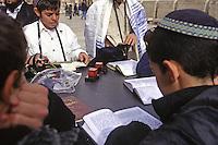 Israele, Gerusalemme: giovani ragazzi Israeliani pregano nei pressi del muro del pianto. Alcuni indossano la kippah e portano i tefillin.