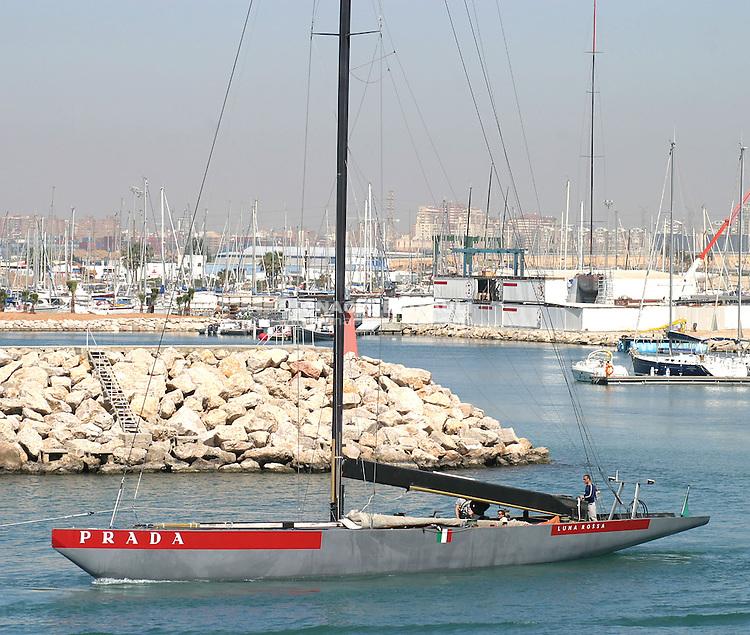 Luna Rossa ITA80 frente a su sede en el RCNV, saliendo a mar abierto -  - EL LUNA ROSSA YA NAVEGA POR AGUAS DEL RCNV (Copa del América) - 2004 abr 21