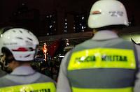 SÃO PAULO, SP,25 DE OUTUBRO DE 2013 - PROTESTO PASSE LIVRE - Grupo do Movimento Passe Livre, realiza protesto no Terminal Dom Pedro, na noite desta sexta feira, 25.   FOTO: ALEXANDRE MOREIRA / BRAZIL PHOTO PRESS