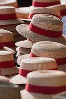 Europe/France/Aquitaine/64/Pyrénées-Atlantiques/Pays-Basque/Bayonne: Sur un étal chapeaux de paille avec ruban rouge lors des Fêtes de Bayonne
